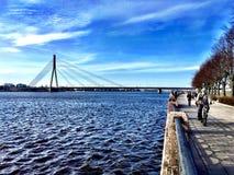 Άποψη σχετικά με το ανάχωμα του ποταμού Daugava στοκ φωτογραφία