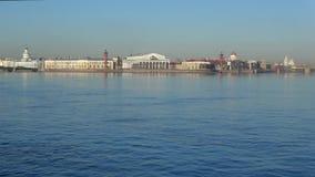 Άποψη σχετικά με το βέλος του νησιού Vasilievsky σε ένα ηλιόλουστο πρωί Απριλίου Πετρούπολη Άγιος απόθεμα βίντεο