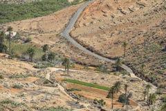 Άποψη σχετικά με το δρόμο Fuerteventura μέσω του αγροτικού τοπίου στοκ φωτογραφία