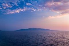 Άποψη σχετικά με το ελληνικό νησί Korfu στην αδριατική θάλασσα από Saranda στην Αλβανία στοκ εικόνα με δικαίωμα ελεύθερης χρήσης