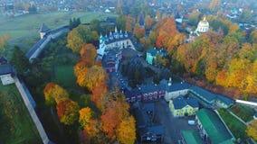 Άποψη σχετικά με το ιερό εναέριο βίντεο μοναστηριών Dormition pskovo-Pechersky pechora απόθεμα βίντεο