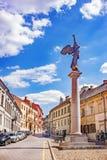 Άποψη σχετικά με το ιστορικό άγαλμα αγγέλου που φυσά στο κέρατο ενάντια νεφελώδους στοκ εικόνα