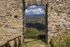 Άποψη σχετικά με το ιταλικό τοπίο μέσω του τοίχου στοκ εικόνες