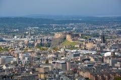 Άποψη σχετικά με το κάστρο του Εδιμβούργου και την παλαιά πόλη από το κάθισμα Arthurs, Sco Στοκ Εικόνα