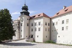Άποψη σχετικά με το κάστρο Pieskowa SkaÅ 'α στην Πολωνία στην ηλιόλουστη ημέρα Στοκ Φωτογραφία