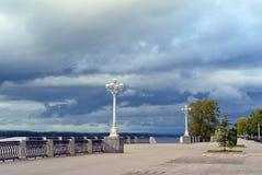 Άποψη σχετικά με το λαμπτήρα οδών στον περίπατο αποβαθρών του ποταμού Βόλγας στην πόλη Samara Στοκ φωτογραφίες με δικαίωμα ελεύθερης χρήσης