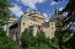 Άποψη σχετικά με το μεσαιωνικό κάστρο Bojnice με το γοτθικό πύργο και το ζωηρόχρωμο ρ Στοκ εικόνα με δικαίωμα ελεύθερης χρήσης