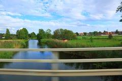 Άποψη σχετικά με το μικρό ποταμό προς το δάσος μακριά Στοκ Εικόνες