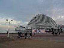 Άποψη σχετικά με το μνημείο του BE KOBE και το ασιατικό ξενοδοχείο πάρκων του Kobe Meriken στο υπόβαθρο στοκ εικόνα