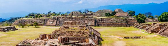 Άποψη σχετικά με το πανόραμα της ιερής περιοχής Monte Alban στο Μεξικό στοκ φωτογραφία με δικαίωμα ελεύθερης χρήσης