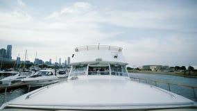 Άποψη σχετικά με το σκάφος γιοτ που επιπλέει στη θάλασσα απόθεμα βίντεο