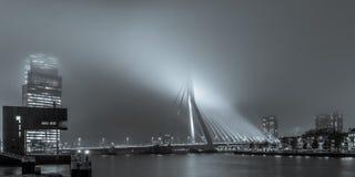 Άποψη σχετικά με το Erasmusbridge από το Stieltjesstraas τή νύχτα και στοκ εικόνες