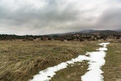 Άποψη σχετικά με το misty βουνό με snowdrift Ρωσία, Stary Krym Στοκ εικόνα με δικαίωμα ελεύθερης χρήσης