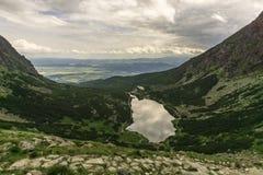 Άποψη σχετικά με το pleso Velicke tatra υψηλών βουνών Σλοβακία Στοκ εικόνα με δικαίωμα ελεύθερης χρήσης