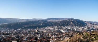 Άποψη σχετικά με το Tbilisi και τον ιερό καθεδρικό ναό τριάδας Στοκ Εικόνες