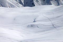 Άποψη σχετικά με χιονώδη από την κλίση piste με το ίχνος από το σκι και τα σνόουμπορντ Στοκ εικόνες με δικαίωμα ελεύθερης χρήσης