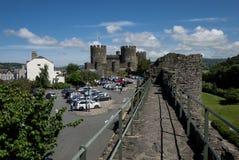 Άποψη σχετικά με Conwy Castle και θέση στάθμευσης από τους μεσαιωνικούς τοίχους Στοκ Εικόνα