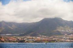 Άποψη σχετικά με Tenerife ` s την ακτή και τα βουνά Στοκ Φωτογραφία
