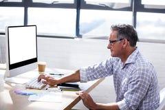 Άποψη σχεδιαγράμματος της δακτυλογράφησης επιχειρηματιών στο πληκτρολόγιό του Στοκ Φωτογραφία