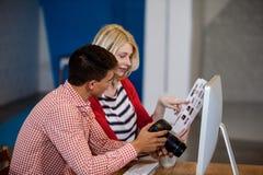 Άποψη σχεδιαγράμματος της ομιλίας φωτογράφων με το συνάδελφό του Στοκ φωτογραφία με δικαίωμα ελεύθερης χρήσης