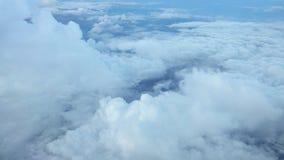 Άποψη σύννεφων από το παράθυρο αεροπλάνων στο μπλε ουρανό φιλμ μικρού μήκους