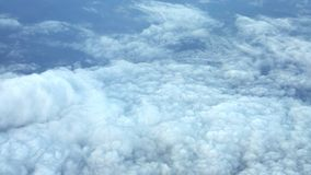 Άποψη σύννεφων από το παράθυρο αεροπλάνων στο μπλε ουρανό απόθεμα βίντεο
