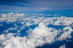 Άποψη σύννεφων από το παράθυρο ενός πετάγματος αεροπλάνων Στοκ Φωτογραφίες