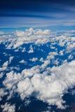 Άποψη σύννεφων από το παράθυρο ενός πετάγματος αεροπλάνων Στοκ Φωτογραφία