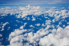 Άποψη σύννεφων από το παράθυρο ενός πετάγματος αεροπλάνων Στοκ Εικόνες