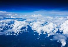 Άποψη σύννεφων από το παράθυρο ενός πετάγματος αεροπλάνων Στοκ εικόνα με δικαίωμα ελεύθερης χρήσης