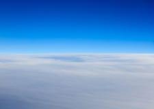 Άποψη σύννεφων από το παράθυρο ενός πετάγματος αεροπλάνων Στοκ εικόνες με δικαίωμα ελεύθερης χρήσης