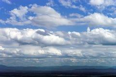 Άποψη σύννεφων σχετικά με το υπόβαθρο μπλε ουρανού, καλοκαίρι Στοκ φωτογραφία με δικαίωμα ελεύθερης χρήσης