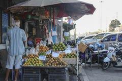 Άποψη της άγνωστης υγρής παραλίας AO Nang αγοράς κοντινής, Krabi, Ταϊλάνδη Στοκ φωτογραφίες με δικαίωμα ελεύθερης χρήσης