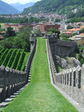 Άποψη της έπαλξης του κάστρου στη Μπελιντζόνα στην Ελβετία στοκ φωτογραφία με δικαίωμα ελεύθερης χρήσης