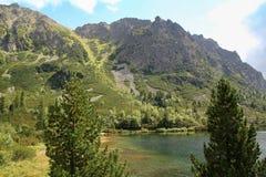 Άποψη της λίμνης βουνών Popradske Pleso- παγετώδους προέλευσης στο υψηλό Tatras, Σλοβακία Στοκ Φωτογραφία
