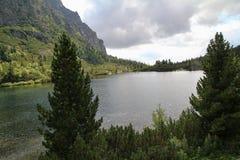 Άποψη της λίμνης βουνών Popradske Pleso- παγετώδους προέλευσης στο υψηλό Tatras, Σλοβακία Στοκ εικόνα με δικαίωμα ελεύθερης χρήσης