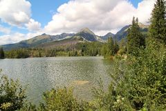 Άποψη της λίμνης βουνών Strbske Pleso- παγετώδους προέλευσης στο υψηλό Tatras, Σλοβακία Στοκ Εικόνα
