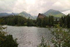 Άποψη της λίμνης βουνών Strbske Pleso- παγετώδους προέλευσης στο υψηλό Tatras, Σλοβακία Στοκ Εικόνες