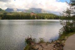 Άποψη της λίμνης βουνών Strbske Pleso- παγετώδους προέλευσης στο υψηλό Tatras, Σλοβακία Στοκ εικόνες με δικαίωμα ελεύθερης χρήσης