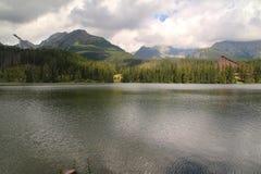 Άποψη της λίμνης βουνών Strbske Pleso- παγετώδους προέλευσης στο υψηλό Tatras, Σλοβακία Στοκ Φωτογραφίες