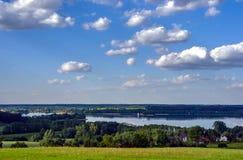 Άποψη της λίμνης και των λόφων που καλύπτονται με τα δάση Στοκ Φωτογραφία