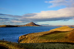 Άποψη της λίμνης Myvatn Ισλανδία και οι ηφαιστειακές αιχμές του Στοκ φωτογραφίες με δικαίωμα ελεύθερης χρήσης