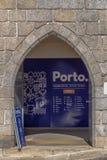 Άποψη της αίθουσας εισόδων ενός κλασικού κτηρίου στην πέτρα γρανίτη, γραφείο τουριστών μέσα στοκ φωτογραφίες με δικαίωμα ελεύθερης χρήσης