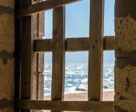 Άποψη της ακτής μέσω επιβιβασμένη επάνω στο παράθυρο στοκ εικόνες με δικαίωμα ελεύθερης χρήσης