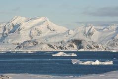 Άποψη της ακτής της ανταρκτικής χερσονήσου από το τοποθετημένο επόμενο ι Στοκ Φωτογραφίες