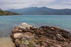 Άποψη της ακτής των βουνών και της θάλασσας Paraty - RJ Στοκ Εικόνες