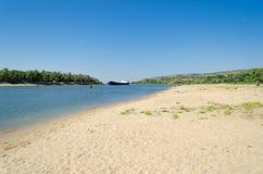 Άποψη της αμμώδους παραλίας του ποταμού Στοκ φωτογραφία με δικαίωμα ελεύθερης χρήσης