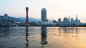 Άποψη της ανατολής στο Kobe, Ιαπωνία Ασυννέφιαστος ουρανός με το λιμάνι απόθεμα βίντεο