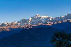 Άποψη της ανατολής σε Garhwal Ιμαλάια του uttrakhand από την περιοχή στρατοπέδευσης Deoria Tal Στοκ εικόνα με δικαίωμα ελεύθερης χρήσης
