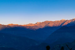 Άποψη της ανατολής σε Garhwal Ιμαλάια του uttrakhand από την περιοχή στρατοπέδευσης Deoria Tal Στοκ Εικόνα
